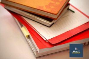 üst üste koyulmuş ders kitapları