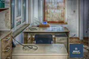 eski bir ofis ve 2 masa