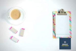 beyaz masa ve üzerinde kahve ile not kağıtları
