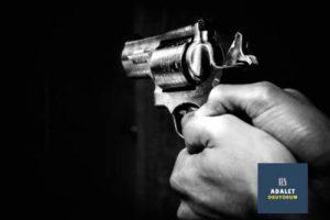 altı patlar silah tutan bir el