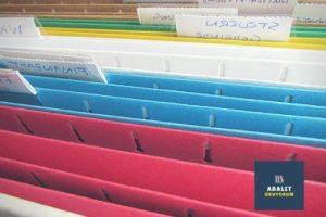 kırmızı mavi beyaz yeşil ve sarı renkli sicil dosyaları