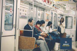 metroda kitap okuyam ve telefonla ilgilenen insanlar