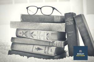 üst üste kitaplar ve gözlük
