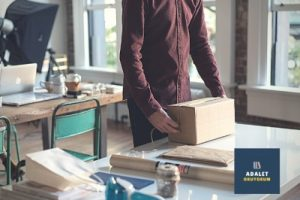 eşyalarını toplayan bir ofis çalışanı