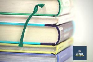 üst üste dizilmiş dört kalın kitap